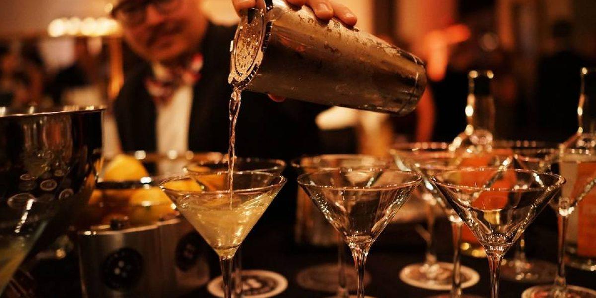 960x614_illustration-barman-servant-cocktails
